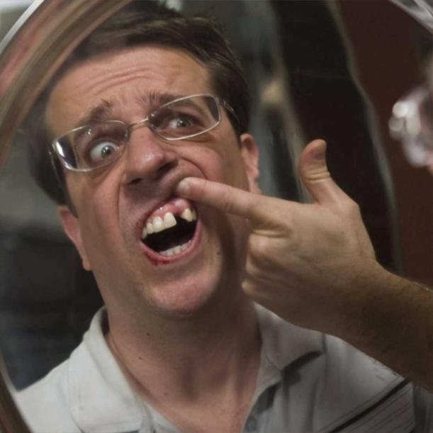 """Dr. Stu, da comédia americana """"Se Beber, Não Case"""" não tem dente... de verdade!"""